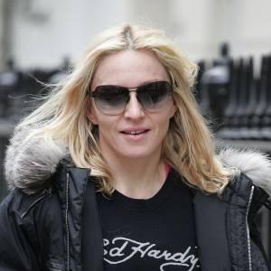 [people=2143]Madonna[/people] porte un tee shirt [brand=4294945966]Ed Hardy[/brand] , marque phare de [people=2412]Christian Audigier[/people] .