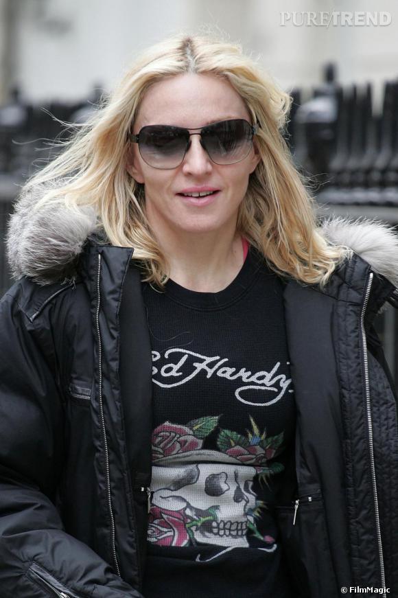 [people=2143] Madonna [/people]  porte un tee shirt  [brand=4294945966] Ed Hardy [/brand]  , marque phare de  [people=2412] Christian Audigier [/people]  .