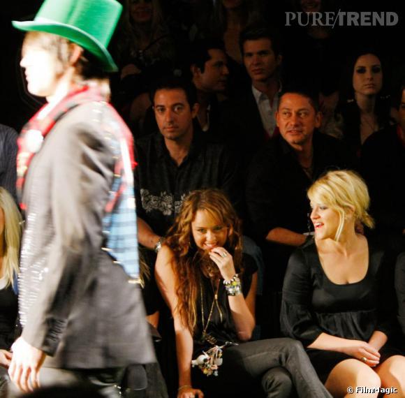[people=2384] Miley Cyrus [/people]  au premier rang du défilé American Lord, par  [people=2412] Christian Audigier [/people]  .