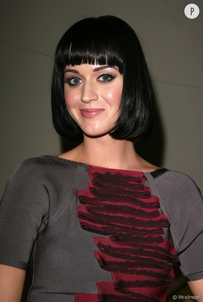Un carr court une frange droite katy perry revisite le for Coupe cheveux burlesque
