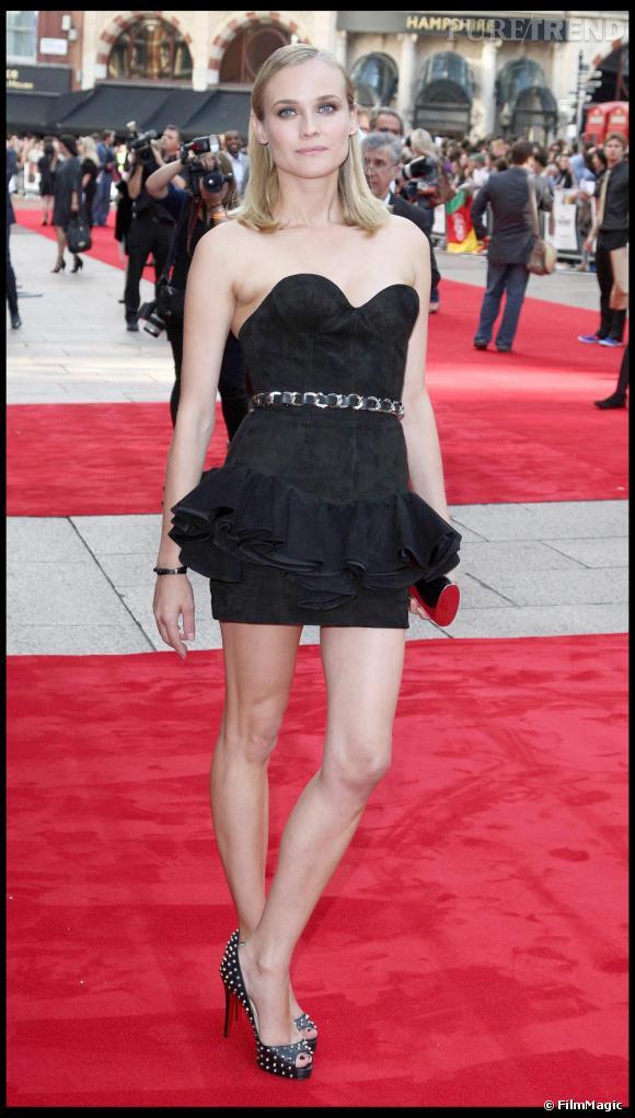 De l'élégance sur des airs de guitare électrique. Diane Kruger donne des pointes de rock à sa robe bustier Balmain, en y ajoutant une paire de Louboutin cloutées.