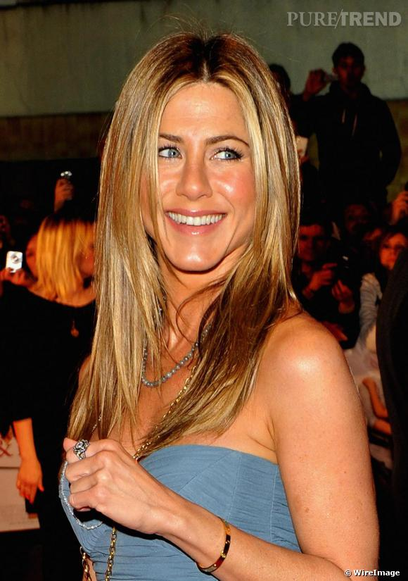 """Un dégradé mythique et un lissage parfait, Jennifer Aniston est à l'origine de l'expression """"la coiffure de Jennifer de Friends"""".    Caractéristiques de la coupe de cheveux :     La couleur ?  Un blond miel doré qui s'allie diablement avec un teint halé.    La coiffure ?  Le secret d'un lissage parfait à la Jennifer Aniston, c'est le choix des pinces à lisser Chi de Farouk system qui apporte un effet lisse et brillant.     Pourquoi on l'aime :    Parce que ça fait 10 ans que Jennifer a le même look et on s'en lasse pas.    Qui l'a recopié :  Sienna Miller, Courtney Cox"""