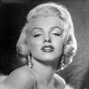 Le carré cranté de Marilyn, une coiffure immortelle. Caractéristiques de la coupe de cheveux : La couleur ? Le carré à la Marilyn se porte exclusivement sur une chevelure blonde à blonde platine. La coiffure ? Pour obtenir un effet ondulé à la Marilyn, la mise en pli est de rigueur. On pose des rouleaux scratchs bien serrés, en choisissant de préférence des rouleaux pas trop petits. On laisse bien sécher. Les bigoudis se déroulent délicatement et les mèches sont crantées au doigts. Pourquoi on l'aime : Une coiffure qui apporte un côté diablement glamour et fatal. Qui l'a recopié : Agyness Deyn, Scarlett Johanson