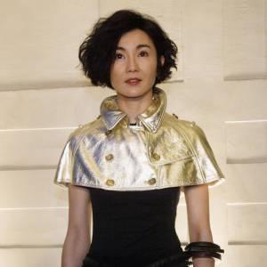 """Maggie Cheung est la star asiatique la plus célèbre en europe et aux Etats Unis. Avant de devenir une icône mode sur tapis rouge, Maggie a débuté sa carrière comme mannequin. Un premier contact avec la mode qui lui apportera le goût des jeunes créateurs. Glorifiée dans """"In the mood for love"""" de Wong Kar Wai, Maggie Cheung s'impose sur tapis rouge comme une fashionista affranchie."""