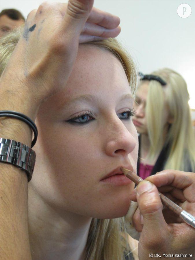 Derni re tape la bouche dessiner les l vres avec un crayon couleur nude qui se rapproche de - Carnation de peau ...