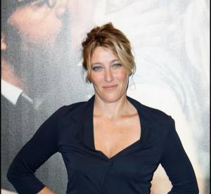 Valeria Bruni Tedeschi, naturelle en wrap dress marine