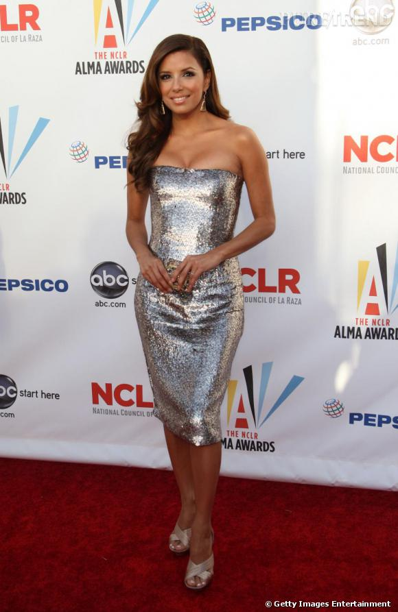 Eva Longoria se permet une robe glitter bustier sur le tapis rouge des ALMA Awards. Cheveux lâchés, joliment ondulés, l'actrice est sexy et glamour. Wedges beiges aux pieds pour atténuer le brillant de sa robe et le tour est joué !