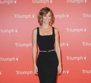 Hilary Swank assure en petite robe noire