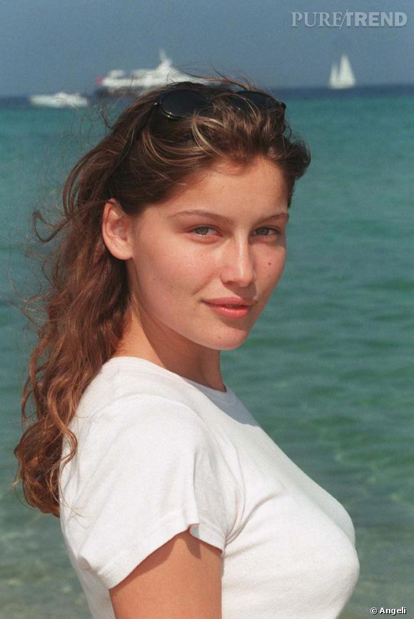 En 1997, Laetitia Casta fait des émules. Sa beauté sauvage et son charme ravageur conquièrent très vite le milieu de la mode. Cheveux bouclés, à peine coiffée, le futur buste de Marianne rayonne naturellement.