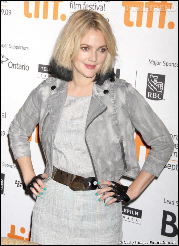 Drew Barrymore  opte pour la version denim gris clair.