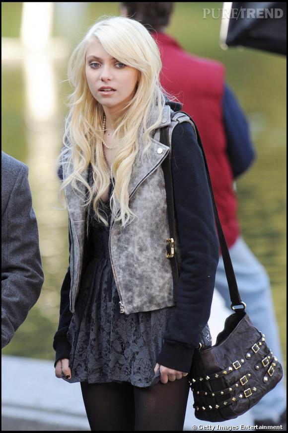 Taylor Momsen  ne fait rien comme tout le monde. Du coup, elle porte son perfecto gris avec les manches coupées.