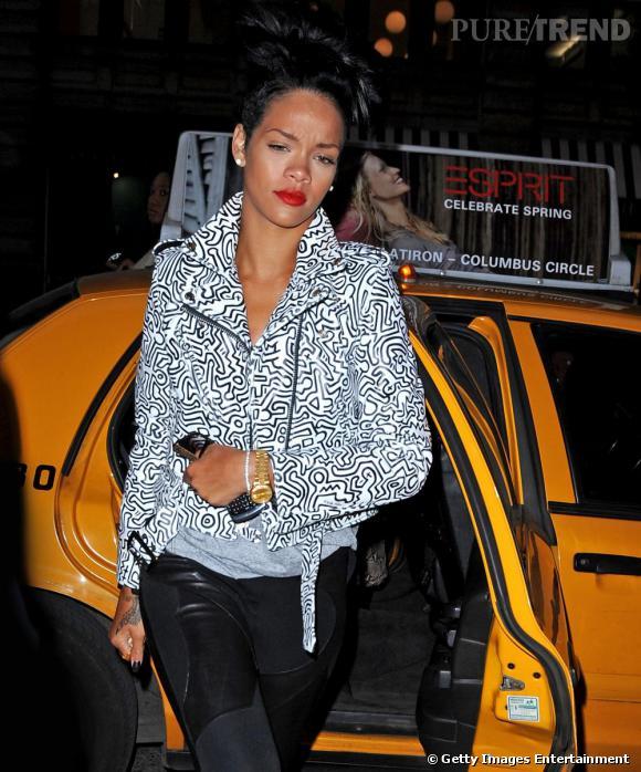 Rihanna   bat tout le monde à plates coutures avec son perfecto blanc à imprimés graphiques.