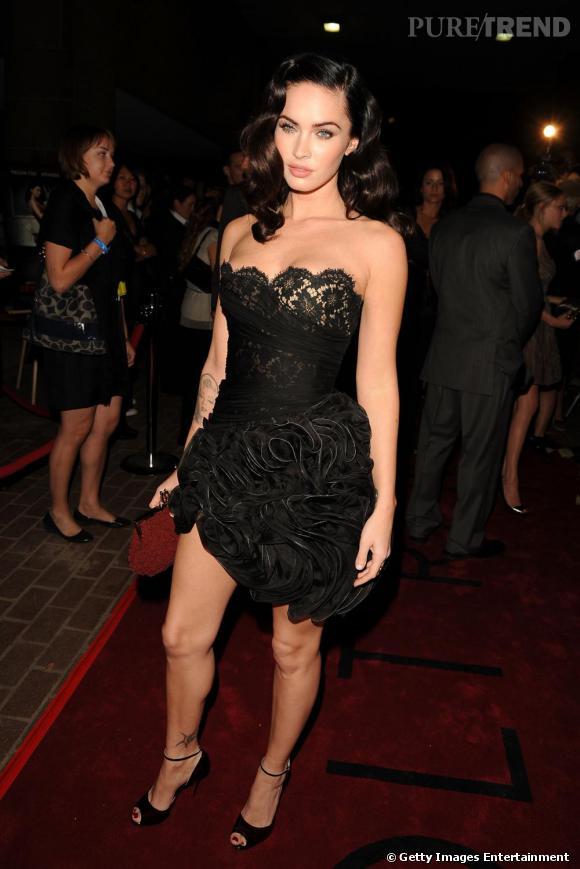 La très sexy Megan Fox ose le mélange dentelle plus broderies, très sexy. En outre, le décolleté toute en rondeur ajoute une touche de féminité et de glamour irrésistible.