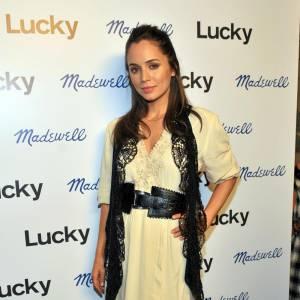 Eliza Dushku aime prendre des risques. Robe bohème longue, pas de décolleté et étole brodée : un mix très champêtre qu'elle porte pourtant à merveille. Heureusement, elle n'oublie pas LA ceinture pour glamouriser sa ligne.