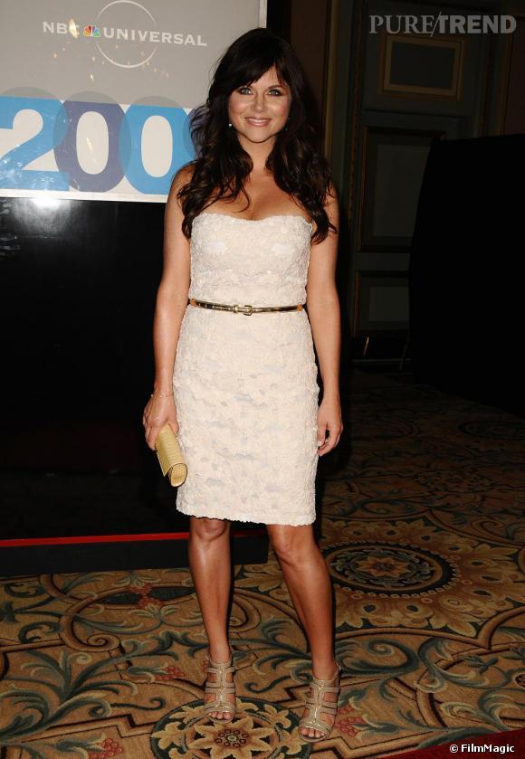 Tiffani Thiessen préfère rester classique avec une robe bustier parée de broderie. A la fois sexy et rétro, elle associe des sandales à brides, très modes, pour relever sa tenue : le bon équilibre.