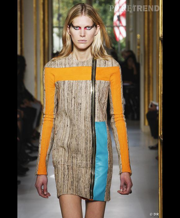 Défilé Balenciaga, Printemps-Eté 2010, Paris  Jeu de couleurs folles pour une robe aux lignes graphiques presque conventionnelle pour Balenciaga