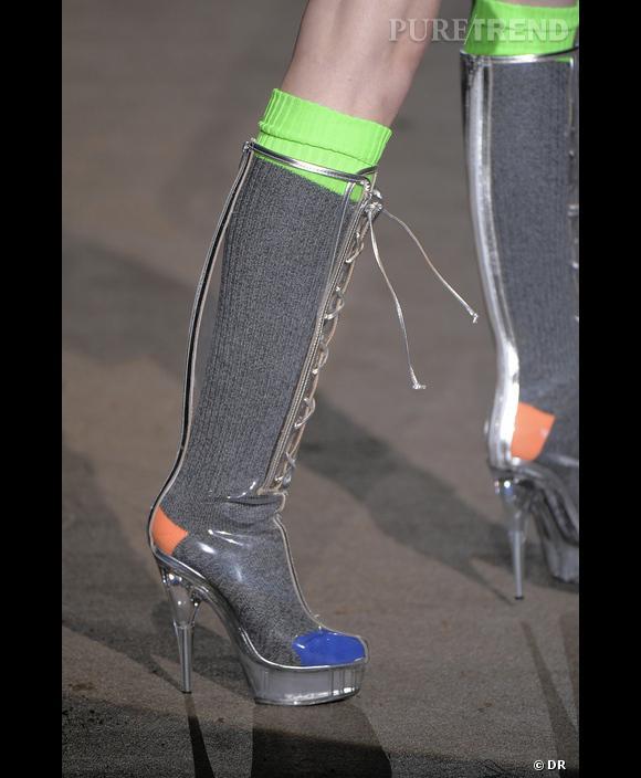 Défilé  Dsquared  , Printemps-Eté 2010, Milan, New York, Paris, Londres      La transparence des bottes fait ressortir le chic d'une chaussette habituellement abandonnée à la neutralité. Dsquared à Milan. Savez-vous qu'on vous juge sur la finition des extrémités : cheveux, mains et pieds.  Alors investissez dans les chaussettes !