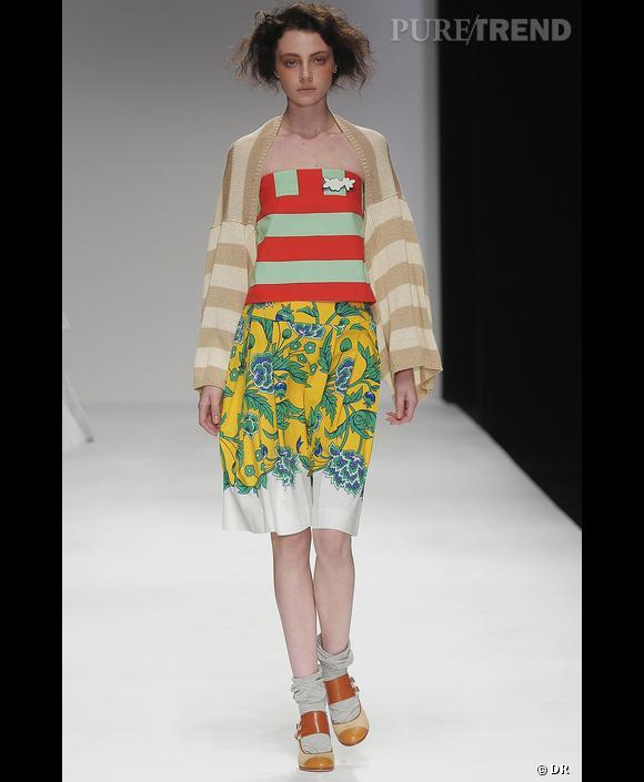 Défilé Issa london, Printemps-Eté 2010, Londres    Une jupe aux ramages des plus classiques, revisitée par un top linéaire écarlate. Le gilet retombe comme les chaussettes. Attention, un look qui ne pardonne pas le moindre écart d'humeur !