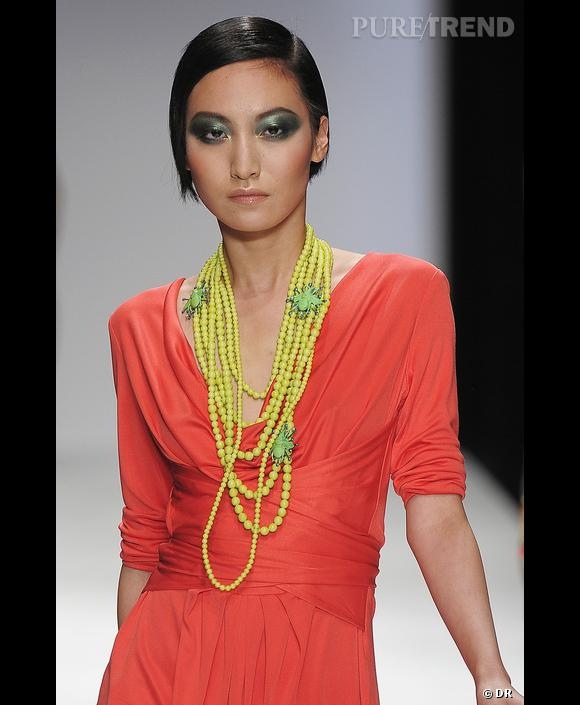 Défilé Issa London, Printemps-Eté 2010, Londres      Une robe rouge orangé vif pour Issa London relevée d'un collier jaune et vert. Tous les ingrédients d'un printemps réussi !
