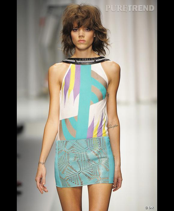 Défilé  Versace  , Printemps-Eté 2010, Milan      Une image estivale pleine de fraîcheur pour cette robe Versace. Une hauteur de tons équilibrée entre le bleu turquoise, le citron clair et le Parme qui donne l'illusion d'un dégradé de couleurs.