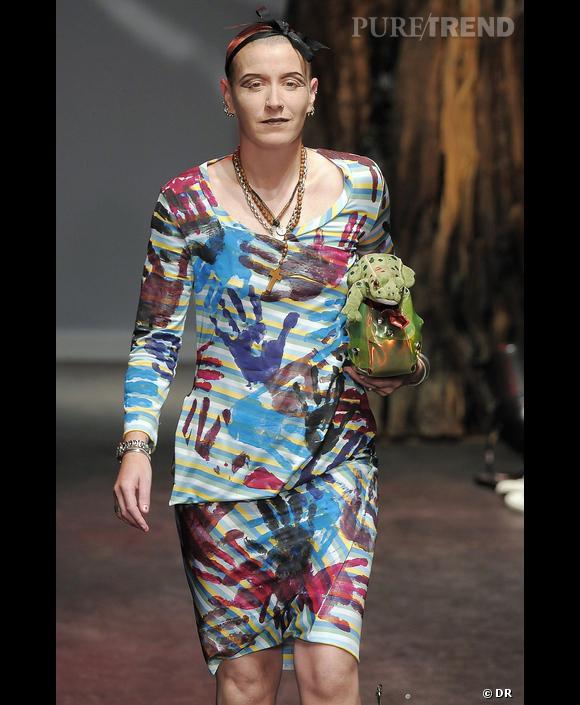 """Défilé  Vivienne Westwood  , Printemps-Eté 2010,  Paris      On a tous rêvé de mettre les mains dans la peinture, Vivienne Westwood l'a fait sur cette tenue graffiti dans l'esprit """"Do it yourself""""."""