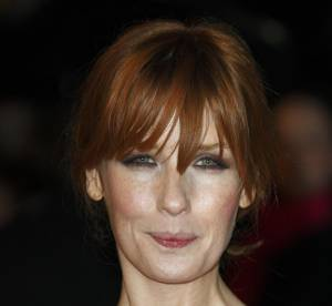 Kelly Reilly, une robe à demi-nude