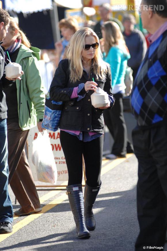 Kristen Bell a eu une bonne idée en assortissant ses bottes  Hunter  de Jimmy Choo avec un legging noir qui crée un joli contraste de volume et féminise son allure. En revanche son pull-over et son blouson sont trop courts et alourdissent sa silhouette. Dommage !