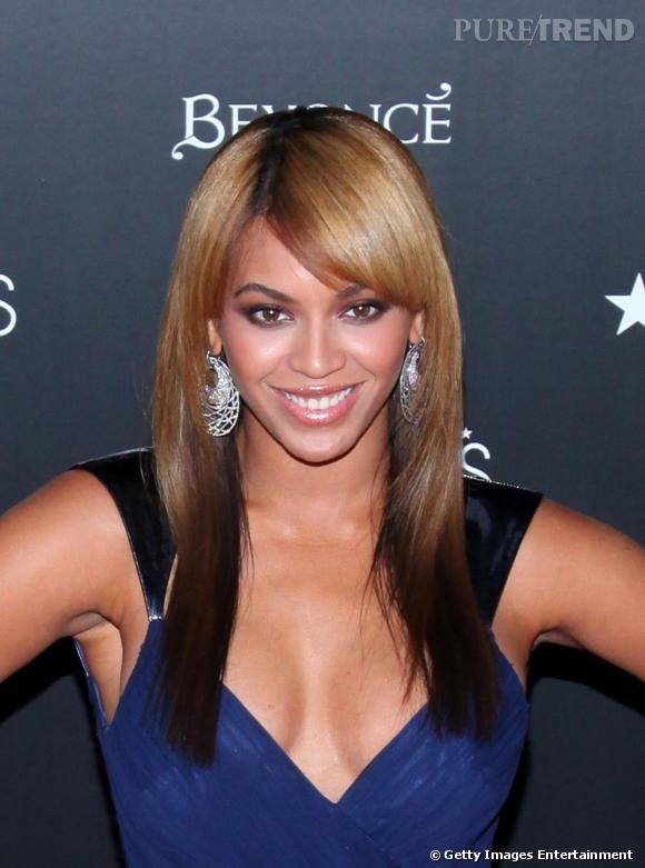 Ultra glamour, Beyoncé n'oublie pas le décolleté plongeant qui flatte à merveille ses courbes.