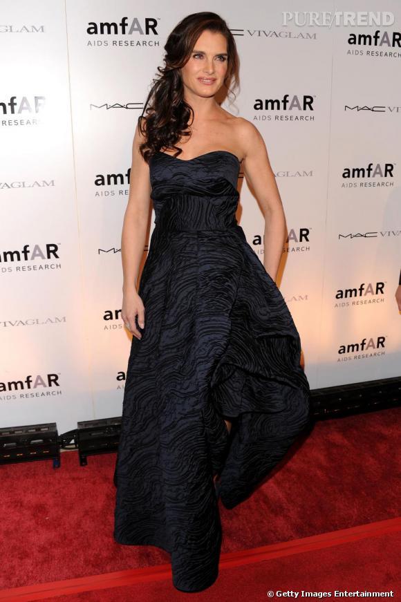 Brooke Shields sublime dans sa robe bustier bleu navy