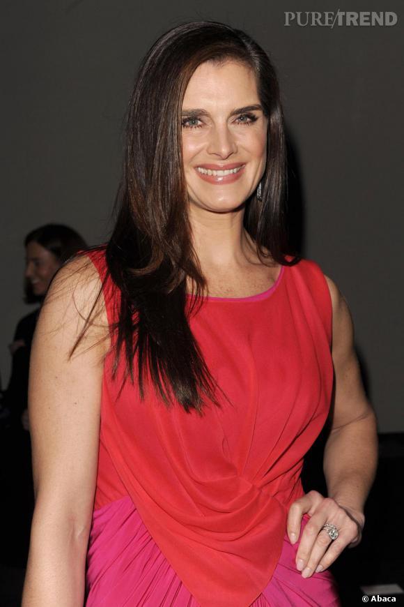 Brooke Shields, maquillage léger et cheveux lisses contrastent avec les tons fluo de la robe