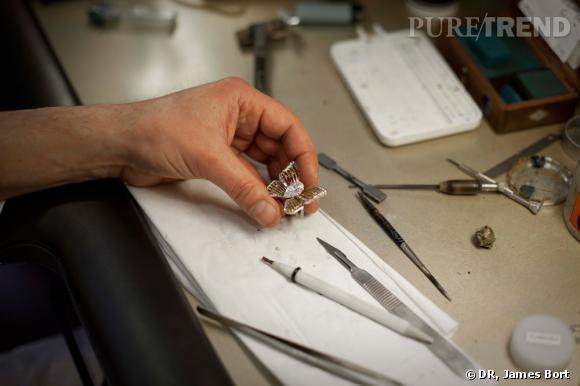 Le lapidaire taille la pierre sur une meule en cuivre sertie de différentes poudres de diamant, et une autre meule pour le poli (en cuivre pour les corindons, en étain pour l'émeraude...)
