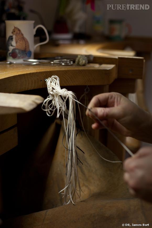 L'étape du polissage, qui est pratiqué traditionnellement par des femmes (ici Agnès et Laurence) avec des petites brosses et des fils en coton de différentes épaisseurs.