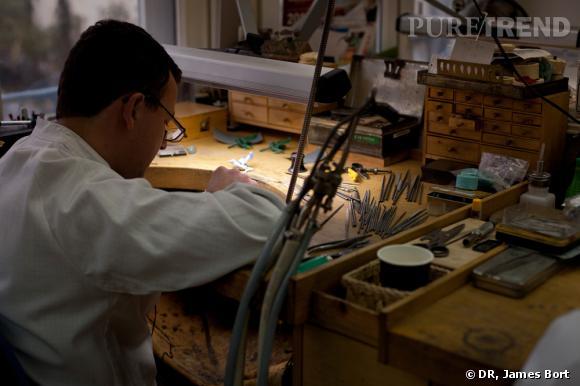 Dans l'atelier des artisans joailliers Van Cleef & Arpel.