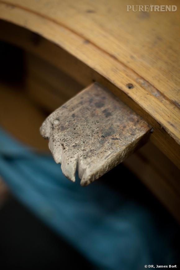 """Cette languette de bois s'appelle la """"cheville"""". Chaque artisan joaillier à la sienne, modelée et marquée par des années de travail."""