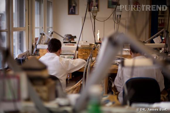 Dans l'atelier des artisans joailliers Van Cleef & Arpels.