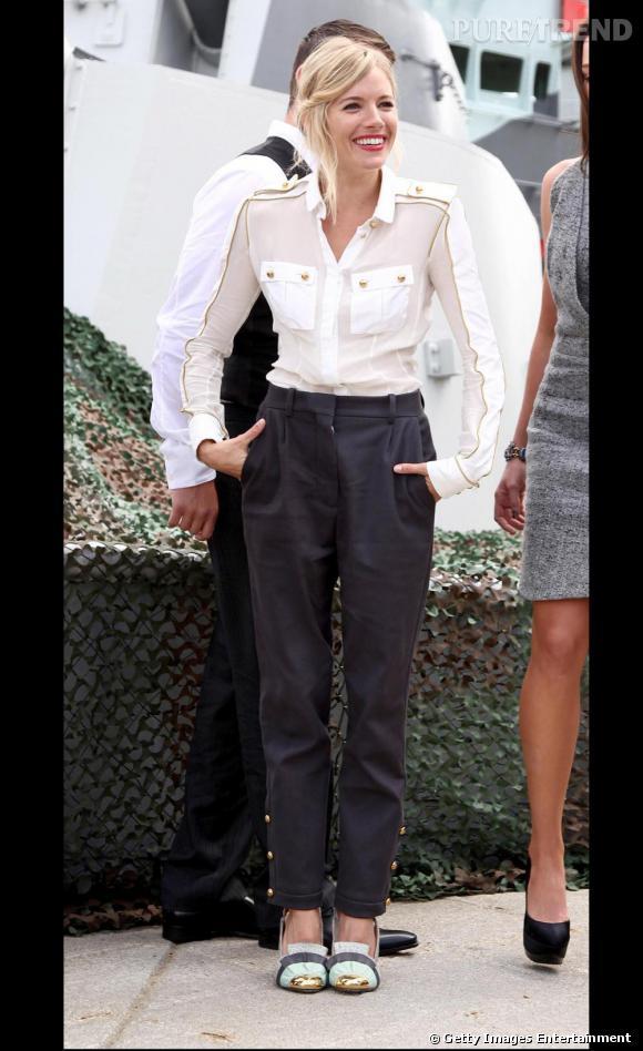 En total look Loewe, la délicieuse Sienna Miller joue les marins de charme !