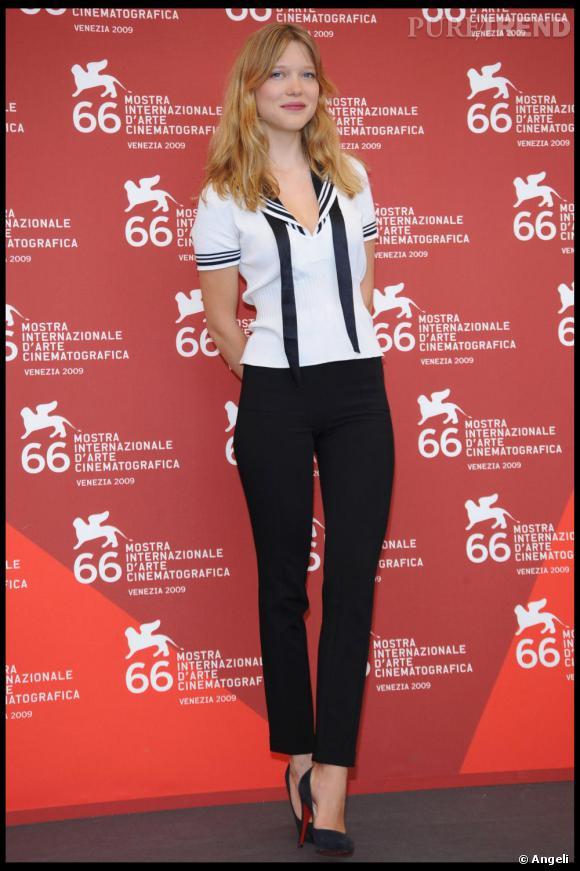 Léa Seydoux est un adorable petit marin en vareuse.