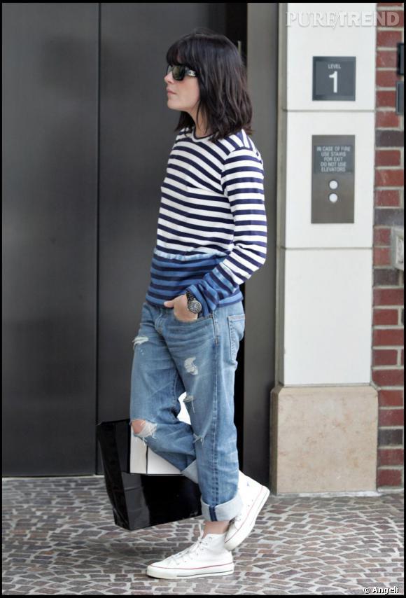 La désinvolte Selma Blair porte sa marinière bicolore comme un basique.