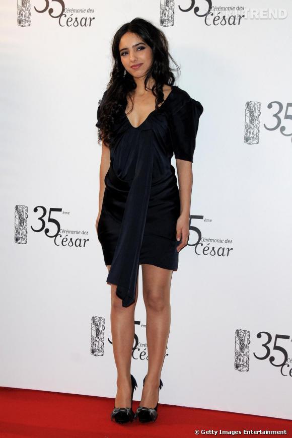 Hafsia Herzi en petite robe de velours noir bleuté