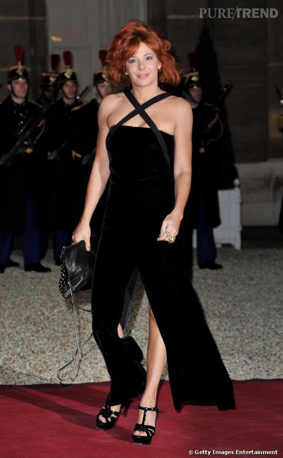 Mylène Farmer dans sa robe ultra fendue