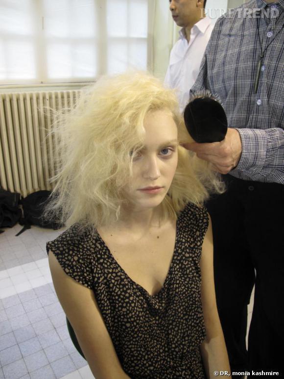 Sasha passe entre les mains du coiffeur Laurent : à peine sortie du défilé Dries Van Noten, il lui faut encore une fois changer de tête.