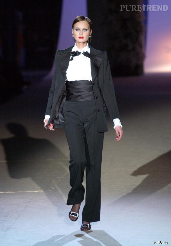 """S comme Smoking       C'est en 1966, pour sa collection """"pop-art"""" qu'Yves Saint Laurent crée son premier smoking pour femme. Une petite révolution à l'époque. Un basique masculin, que le créateur adapte au dressing féminin et réinterprétera chaque saison.  """"C'est en perfectionnant les vêtements essentiels - position merveilleuse - que j'ai créé mon style, que je suis devenu ce que je suis, et que, par là, je dépasse la mode""""  expliquait Yves Saint Laurent (cité par Laurence Benaïm dans son livre  Yves Saint Laurent ). Le smoking incarne parfaitement cet """"essentiel"""" qui a participé à contruire les codes maison."""