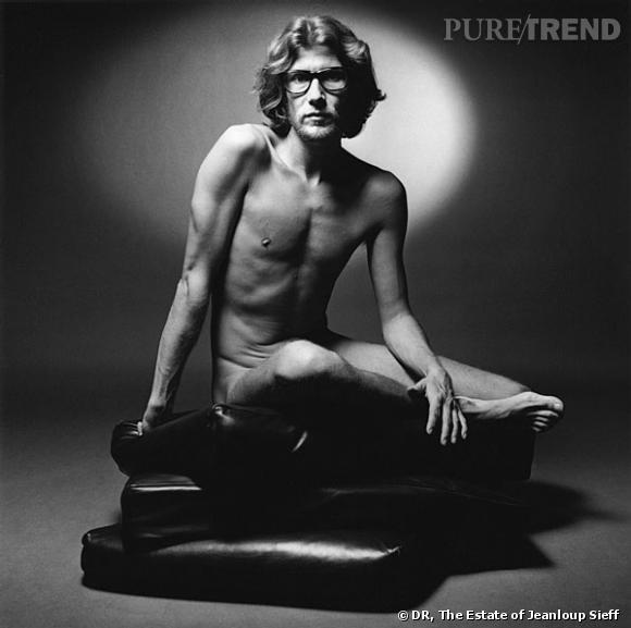 J comme Jeanloup Sieff       Yves Saint Laurent posant nu en 1971 pour  Vogue  à l'occasion du lancement de son premier parfum pour homme. Un cliché célèbre signé Jeanloup Sieff, qui a fait scandale à une époque où la publicité était bien différente d'aujourd'hui. Cette photo marque aussi le goût qu'avait le créateur pour la provocation, avant même qu'elle devienne un atout marketing.