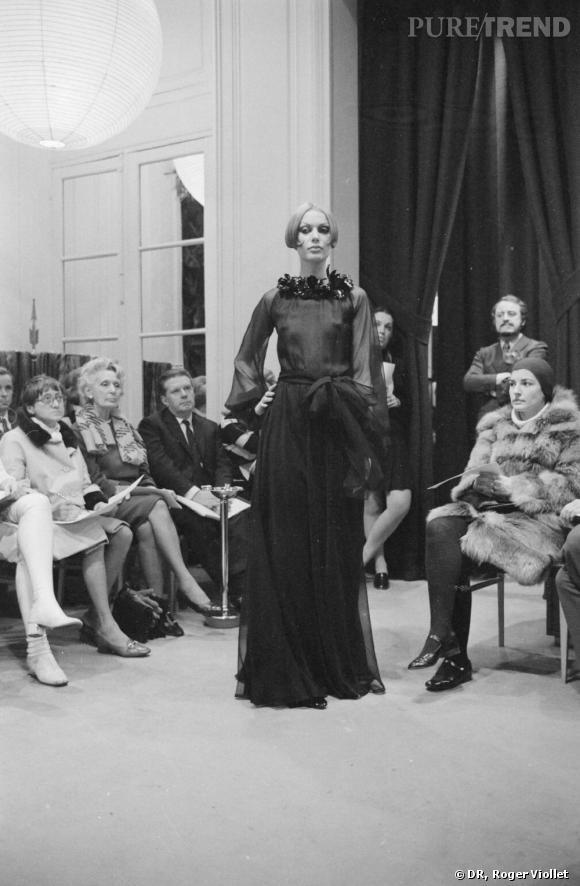 H comme Haute Couture        En 2002, Yves Saint Laurent annonce son départ et la fermeture de sa maison de Haute Couture. Pierre Bergé évoque même la mort de la Haute Couture, lorsque François Pinault rachète la maison en 2003. Une phrase qui symbolise un changement dans l'histoire de la mode qui s'opère depuis les années 1970. La Haute Couture telle qu'elle existait au début des années 1900 n'est plus, la clientèle et les modes de consommations ont changé, et de nombreuses maisons se consacrent exclusivement au prêt-à-porter.