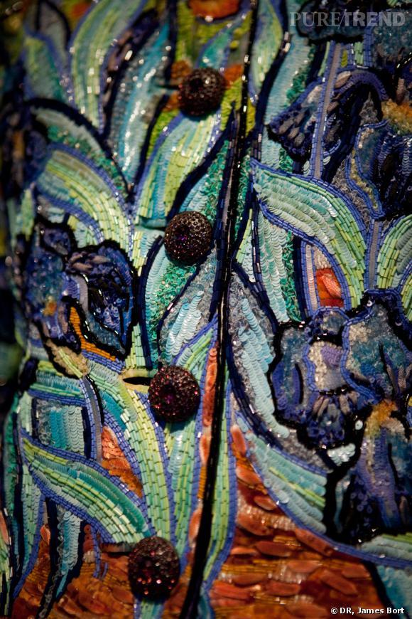 """I comme Iris       Pour le Printemps Eté 1988, Yves Saint Laurent présente sa collection """"Cubiste, hommage à Braque"""". Parmi les modèles phare, deux ensembles hommage à Van Gogh, brodés de paillettes représentant des iris et des tournesols. Les colombes de Braque sont aussi reprises sur robes du soir."""