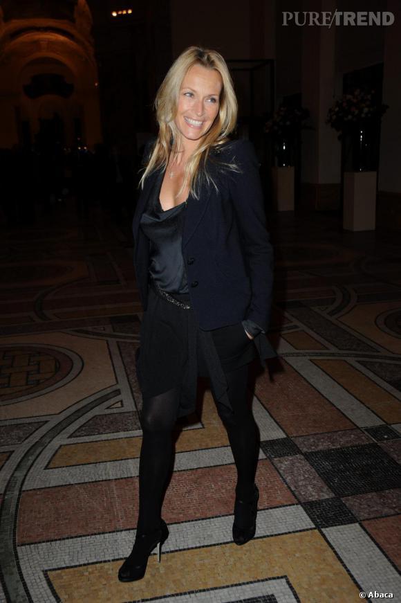 Estelle Lefébure mise sur un total look noir ce soir là. Sublime avec une chevelure aussi lumineuse.