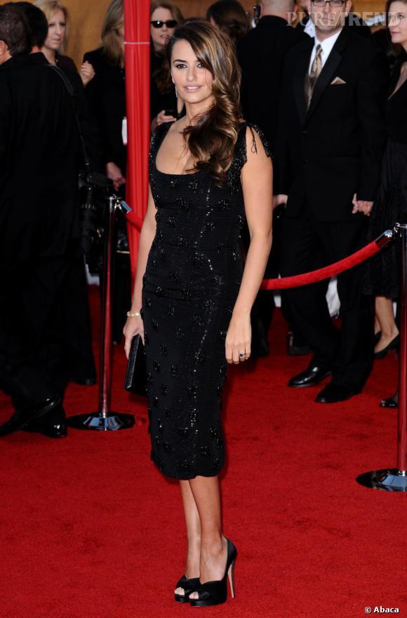 La robe au genou est un must de la maison. Penelope en use et abuse sur red carpet. Et elle a bien raison.