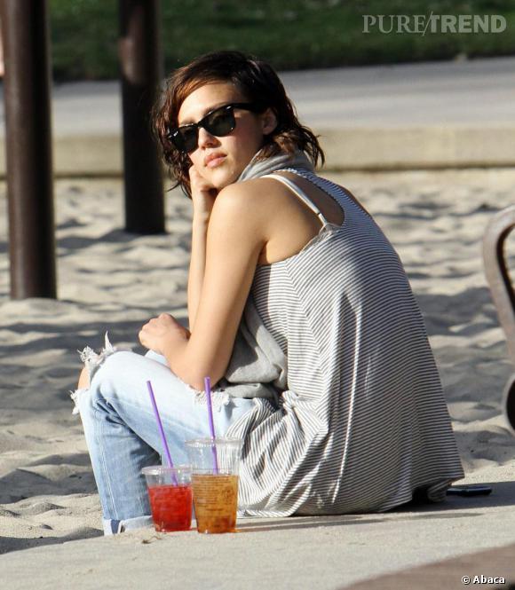 Jessica Alba, toujours stylée même les pieds dans un bac à sable.