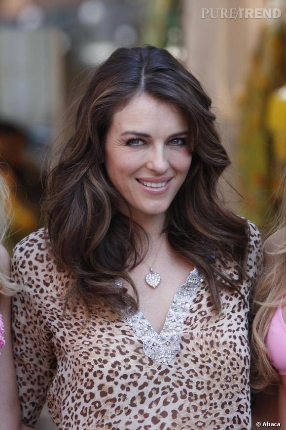 Elizabeth Hurley, toujours aussi chic en top léopard, un coeur XXL et bling-bling autour du cou.