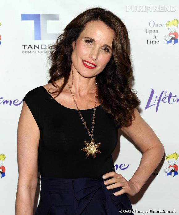 Andie McDowell brillante avec son collier en forme de fleur étoilée